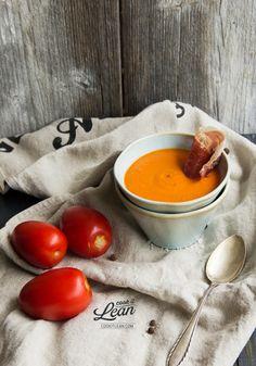 Krem z pomidorów z chipsem z prosciutto - Cook it Lean - sprawdzone paleo przepisy