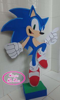 Sonic tamanho extra grande, aproximadamente 85cm, confeccionado em eva com suporte em isopor para ficar em pé. <br> <br>Pode ser usado como enfeite de chão ou de mesa. <br> <br>O agendamento é dentro dos 30 dias, mas não significa que demorará 30 dias para ficar pronto, consulte-me sobre as datas próximas disponíveis antes de efetuar a compra. Sonic Birthday Cake, Sonic Birthday Parties, Sonic Party, 8th Birthday, Birthday Party Themes, Sonic Costume, Sonic Dash, Hedgehog Birthday, Video Game Party