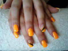 Unhas em laranja com detalhes em preto ! Ideais para um verão caloroso :9