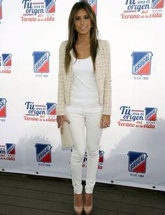 Para darle un toque formal a un look casual, Ana apuesta por una chaqueta de tweed en tono claro. ¡Un clásico! http://www.marie-claire.es/moda/look/fotos/el-armario-de-ana-boyer/ana-boyer-evento-dia