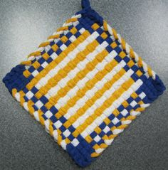 19 - Picnic Basket Woven Potholder by DoorsiDell on Etsy Potholder Loom, Potholder Patterns, Loom Craft, Crafty Craft, Crafting, Yarn Crafts, Diy Crafts, Rainbow Loom, Weaving Patterns