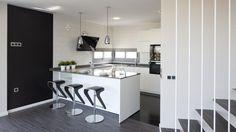 Vivienda equipada con el modelo de cocina KARMEL lacado blanco seda mate de Santos