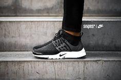 Ladies, wie kann man einen großartigen Schuh noch besser machen? Nike hat die Antwort: Den Nike Air Presto Ultra Flyknit! Die Slip-On Konstruktion und die Aufwertung des Obermaterials mit bequemem Flyknit erhöhen den Tragekomfort des eh schon bequemen Air Presto noch mal um ein Vielfaches. Die Socken-ähnliche Adaption auf Mid-Cut-Höhe sorgt für noch mehr Halt und gibt dem Schuh den besonderen Design-Faktor. Ein Sneaker, um den du in diesem Jahr keinesfalls drum herum kommen wirst. #snipes