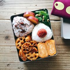 Assorted onigiri bento box, with sides of tamagoyaki, grilled green peppers, stewed sweet potatoes, and saucy lotus root Work Lunch Box, Bento Box Lunch, Box Lunches, Bento Recipes, Lunch Box Recipes, Lunch Ideas, Snack Boxes Healthy, Japanese Lunch Box, Vegetarian Lunch