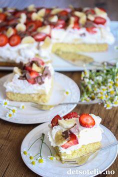 Bananasplittkake i langpanne | Det søte liv Cheesecake, Food And Drink, Baking, Desserts, Cakes, Tailgate Desserts, Deserts, Cake Makers, Cheesecakes