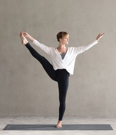 Grace comes from strength, balance comes from practice, and effortlessness comes from lots and lots of effort. Extend an offer to yourself to explore a little further. // Seen here: @caleyalyssa, #UtthitaHastaPadangusthasana, the Twist Back Tee (worn in the front!) and Essential Leggings.