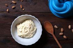 La crema frangipane è una crema cotta ideale per la farcitura di dolci e piccola pasticceria. Questa crema sembra prendere nome dal marchese Muzio Frangipani che, nella Francia del XVII secolo, creò un profumo a base di mandorle per attenuare l'odore del cuoio.