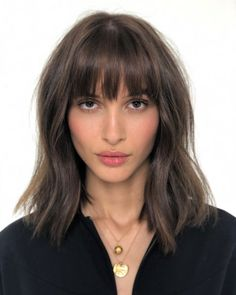 🇫🇷 FRINGE 🇫🇷 Azza Slimene with a textured French fringe and soft und… – Best Hair Style Models Brunette Fringe, Short Brunette Hair, Brunette Bangs, Short Straight Hair, Short Hair With Bangs, Thick Hair Bangs, Lob Bangs, Oval Face Bangs, Thin Hair