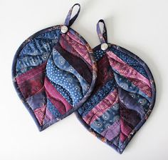 PatchworkPottery: quilted leaf potholders--- I'd make these as mug rugs instead. Small Quilts, Mini Quilts, Diy Quilt, Quilting Projects, Sewing Projects, Fabric Crafts, Sewing Crafts, Fabric Art, Quilt Patterns
