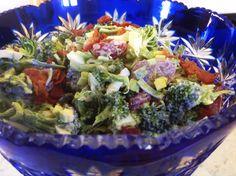 Salaten som passer til alt. Guacamole, Cabbage, Food And Drink, Vegetables, Ethnic Recipes, Board, Image, Cabbages, Vegetable Recipes