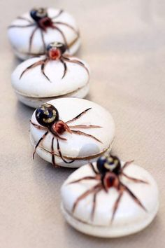 Items similar to Edible False Widow Spider Tutorial on Etsy Lou Lou P's Spider Macarons - freakin cute but I don't think I could eat one lol Halloween Desserts, Halloween Cupcakes, Postres Halloween, Fröhliches Halloween, Halloween Goodies, Halloween Food For Party, Halloween Decorations, Halloween Dinner, Halloween Macaroons