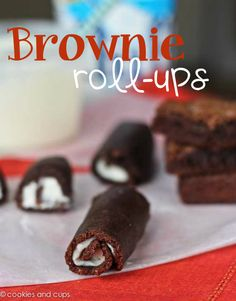 Easy Brownie Roll-Ups! Make a batch of fudgy brownies, flatten them and roll them up with your favorite filling! Like a Swiss Cake Roll, but better! I love this idea. May try it with ice cream too. Yummy Treats, Sweet Treats, Yummy Food, Cupcakes, Cupcake Cakes, Köstliche Desserts, Dessert Recipes, Chinese Desserts, Milk Shake Chocolat