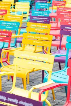 Von klassisch dezent bis fröhlich bunt: Bei uns finden Sie für jede Umgebung die passenden Sitzmöbel. Wir beraten Sie gerne persönlich – melden Sie jetzt sich bei uns. Outdoor Chairs, Outdoor Furniture, Outdoor Decor, Bunt, Room Decor, Simple, Crafts, Inspiration, Decor Ideas