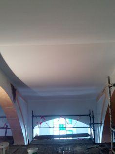 Pintura  Pintado de falso techo con pintura plástica balnca, y pintado de trasdós e intradós de arcos con pintura plástica gris.