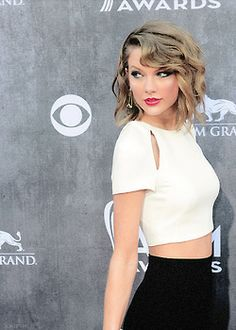 Taylor Swift - short hair, waves looovvvveeee her hair this length is perfect!