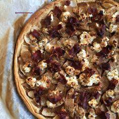 Tarte fine aux pommes, chèvre frais & bacon. Une belle association de saveurs sucrées-salées. A Déguster en entrée ou en plat accompagnée d'une salade bien fraîche.