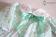Casaquinho em tricot feito à mão para bebês. A venda no www.patriciajunqueira.com.br