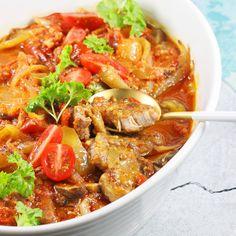 Karkówka po cygańsku to świetny pomysł na pyszny obiad, który upieczesz w jednym naczyniu. Przepis jest niezwykle prosty a sama karkówka z warzywami wyjątkowo aromatyczna. Ten smak Cię zaskoczy, polecam. Thai Red Curry, Chili, Soup, Keto, Tasty, Dinner, Cooking, Ethnic Recipes, Impreza