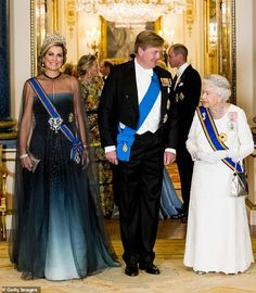 Queen Maxima of The Netherlands, Queen Elizabeth II, and King Willem-Alexander of The Netherlands and during the state banquet in Buckingham palace on October 2018 in London, United Kingdom. Get premium, high resolution news photos at Getty Images Kate Middleton, Banquet, Die Queen, Gala Gowns, Dutch Royalty, English Royalty, Looks Chic, Save The Queen, Queen Maxima