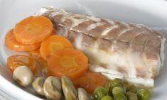 Receta de lomos de lubina asada al horno en sal acompañado de verduras salteadas: guisantes, habas tiernas, zanahorias...  #lubina #lubinaalasal