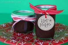 Super Easy Hot Fudge Sauce {and Fondue!} Only 3 ingredients- chocolate chips, butter and sweetened condensed milk. Perfect for anything you want to top w/chocolate sauce. With ice cream it makes a great neighbor gift. Homemade Hot Fudge, Homemade Gifts, Homemade Chocolate, Diy Gifts, Holiday Gifts, Christmas Gifts, Christmas Sweets, Holiday Foods, Holiday Fun
