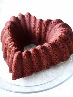 Hankin ison, ihanan, sydämen mallisen kahvikakkuvuoan. Sitähän piti samantein päästä testaamaan. Mikäs sen parempi kakku sydänvuoantestaukseen kuin sydämen surujen kakku Tämä kahvikakku löytyy äitini parhaaksi toteamista ohjeista nimellä Sydänsurujen kakku. Sama kakku on tullut vastaan myös esim. Taikakakkujen Tarun blogissa, mutta siellä sitä on sanottu Sydämen surujen kakuksi. Aineet ja tekotapa on molemmissa samat, … Bagel, Doughnut, Bread, Ethnic Recipes, Desserts, Food, Tailgate Desserts, Deserts, Brot