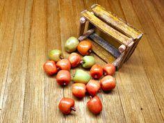 Miniatura cassetta di mele transgeniche OGM   di PiccoliSpazi