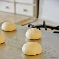 Want to make some adorable pumpkin dinner rolls for your Thanksgiving meal? Here's how to turn simple frozen dinner rolls into festive pumpkin look alikes. Thanksgiving Sides, Thanksgiving Recipes, Holiday Recipes, Frozen Dinner Rolls, Dinner Rolls Recipe, Roll Recipe, Baked Rolls, Pumpkin Rolls, Desert Recipes