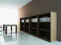 Librerie e mobili di servizio laccati avorio o nero, con strutture in tamburato di 60 mm di spessore e bordi smussati.