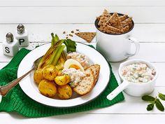 Raikasta täämä kesäkeittiön kylmäsavulohitäyte kurkulla, sitruunankuorella ja mintulla, joka kasvaa monella ihan omassa puutarhassa. Täyte sopii monenlaiseen ruokaan: pottujen kanssa, leivän päälle tai vaikka ruisnachojen täytteeksi.
