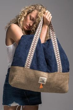 sailor_beach_bag_vingeproject – Gamze Türkmen – Join the world of pinWe introduce you our brand's newest bag design, our Beach Bag. We are totaly in love with this beauty, especially with the little tassels at the frontIts an eye catcher every w My Bags, Purses And Bags, Oversized Beach Bags, Mochila Jeans, Sacs Design, Recycle Jeans, Old Jeans, Women's Jeans, Denim Bag