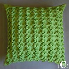 Cojín verde drapeado.
