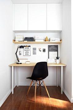 decoração de home office pequeno com armário superior e prateleira