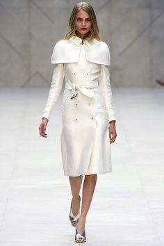 Cara Delevingne en manteau blanc au défilé Burberry