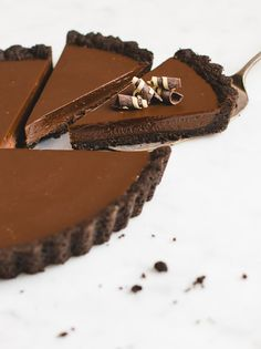 No-Bake Chocolate Tart - Pretty. - - This easy no-bake tart is made from a simple Oreo crust and rich chocolate ganache filling. No Bake Chocolate Desserts, Chocolate Ganache Filling, Homemade Chocolate, Chocolate Recipes, Chocolate Tarts, Chocolate Cake, Oreo Desserts, Fancy Desserts, Chocolate Coffee