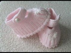 Der Neu :How is a hav hav booties knitted? 6 January 2015 - Derya Baykal Derya& World . Baby Knitting Patterns, Knitting For Kids, Baby Patterns, Knit Baby Booties, Knitted Baby Clothes, Crochet Baby Shoes, Booties Crochet, Crochet Slippers, Cardigan Bebe