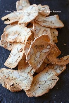 I biscotti easy with egg whites and almonds, needs translation. Italian Biscuits, Italian Cookies, Italian Desserts, Italian Recipes, Cookie Recipes, Snack Recipes, Snacks, Biscotti Cookies, Biscotti Friabili