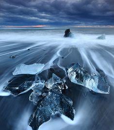 Plus grand lac glaciaire d'Islande, le Jökulsárlón regorge de merveilles naturelles comme ses plages de sable noir où échouent des icebergs translucides