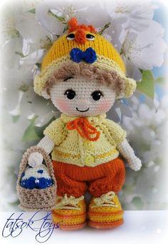 PDF Мастер-класс по вязанию куклы пупса крючком в костюме пасхального цыпленка #схемыамигуруми #амигуруми #вязаныеигрушки #вязанаякукла #amigurumipattern #crochetdoll #amigurumidoll Doll Amigurumi Free Pattern, Doll Patterns Free, Crochet Patterns, Crochet Doll Tutorial, Crochet Dolls, Crochet Hats, Handmade Toys, Etsy Handmade, Cowboys Wreath
