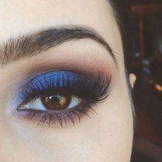 Bruine ogen met blauwe make-up/ oogschaduw.