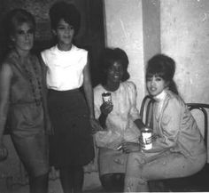 Dusty Springfield English pop icon backstage at the Brooklyn Fox New York 1964 with Nedra Talley and Ronnie Bennett (Spector) of the Ronettes and centre right Martha Reeves of Martha and the Vandellas The Ronettes, Rock And Roll Girl, Rock N Roll, Leslie Gore, Call Dusty, Connie Francis, Ronnie Spector, Dusty Springfield, Soul Singers