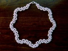 DIY Jewelry: FREE beading pattern for an intricate pearl necklace woven into a beautiful wavy pattern. All you need is 11/0 seed beads and 4mm pearls.