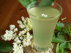 Bezový sirup: Rodinný recept, podle kterého ho připravujeme už roky! Elderflower, Russian Recipes, Hurricane Glass, Glass Of Milk, Smoothies, Drinks, Tableware, Med, Fitness