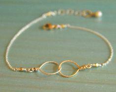 Nuestras colecciones de pulseras delicadas es un accesorio perfecto de primavera y nos encanta el turquesa en desnudo y yo. Es nuestra piedra básico que queremos utilizar. Esto puede ser usado solo o apilarse por supuesto con tus piezas favoritas.  Descripción:. la bella durmiente turquesa (estabilizado) de 3mm Mano atada con cuerdas de seda beige Longitud 6,75 7,25 (esto incluye la cadena ajustable) Un tamaño cabe todos  Demostrado está en hallazgos de oro relleno