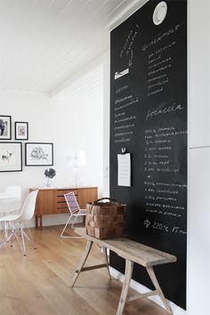 Schoolbordverf. Licht laminaat. Witte muur.