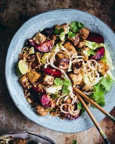 Nuudelisalaatti sticky-tofulla ja luumuilla (V, GF) – Viimeistä murua myöten Tofu, Pasta Salad, Food And Drink, Cooking Recipes, Eat, Ethnic Recipes, Food Food, Inspiration, Instagram