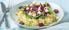Vegetarisch gerecht van smeuïge risotto, geroosterde bieten met geitenkaas