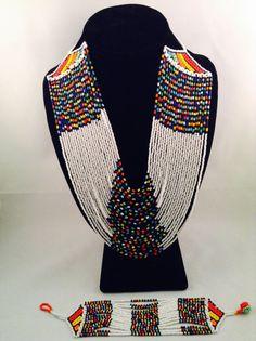 Blanc / multi-couleurs  Ensemble de collier et bracelet multirangs. Les deux ont perlé ball et boucle de fermeture. Collier mesure environ 15 African Beads Necklace, Beaded Choker Necklace, African Jewelry, Bead Jewellery, Jewelry Art, Beaded Jewelry, African Accessories, Zulu, How To Make Beads