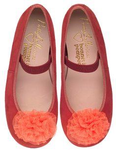La niña de rojo Pretty Ballerinas, Young Ones, Fashion Tips, Pom Poms, Fashion For Girls, Kids Fashion, Red