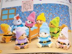 Dwarf costume pattern and tutorial. Instructions in French- this is a great forum and topic for making clothing for your sylvanians! Dwarf Costume, Little Land, Doll Toys, Dolls, Felt Mouse, Sylvanian Families, Family Crafts, Felt Patterns, Cute Toys